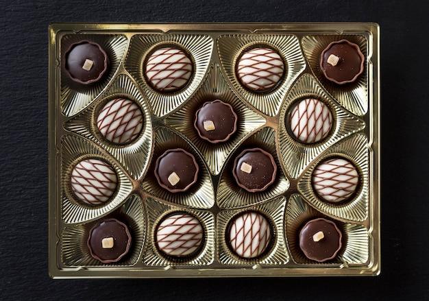 Piatto disteso di assortimenti di caramelle al cioccolato