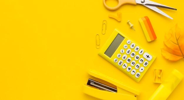 Laici piatta di ritorno a materiale scolastico con calcolatrice