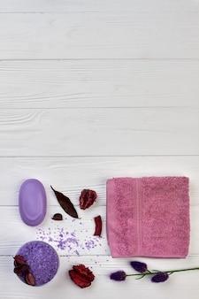 Accessori per spa da bagno piatti sulla scrivania in legno bianco.