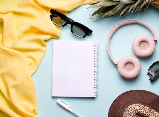 Lay piatto su spazio blu vuoto notebook copia spazio. concetto di piani estivi