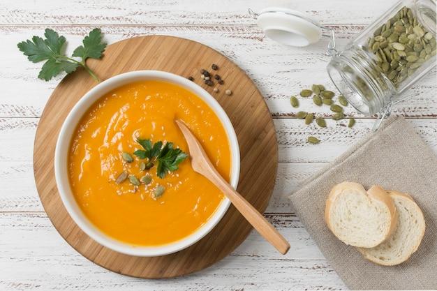 Ciotola piatta con zuppa di crema di zucca