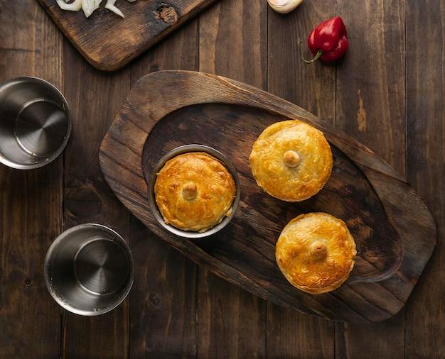 Piatto brasiliano laici cibo sulla tavola di legno