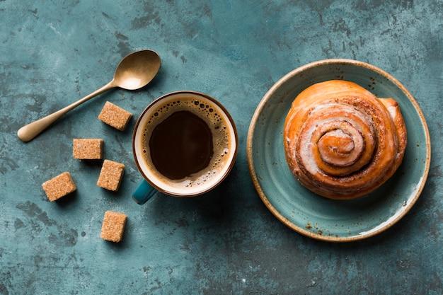 Assortimento di colazione piatta con caffè e pasticceria