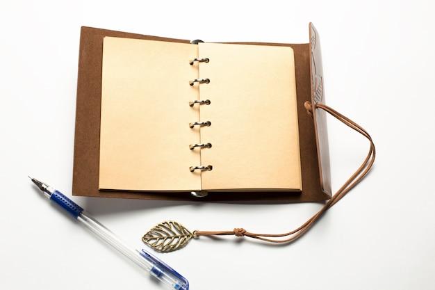 Diario vuoto in pelle marrone piatto isolato su sfondo bianco