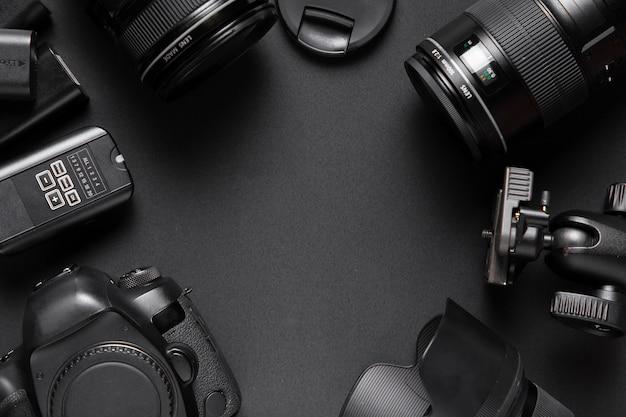 Disposizione piana degli accessori della fotocamera con spazio di copia