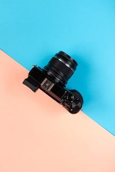 Disposizione piatta della fotocamera su blu e rosa.