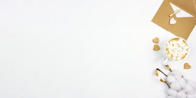 Lay piatto di cappuccino con marshmallow con biscotti cuori bianchi intorno e zucchero di canna. banner. copia spazio