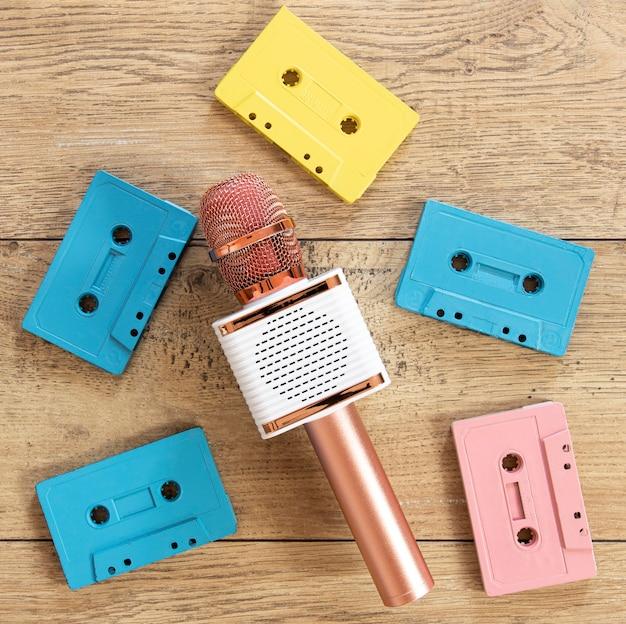 Cassette piatte su sfondo di legno