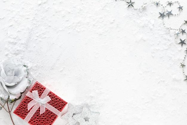 Lay piatto della celebrazione. composizione del nuovo anno. decorazioni di natale rosso e argento su una vista dall'alto di sfondo bianco, copia dello spazio