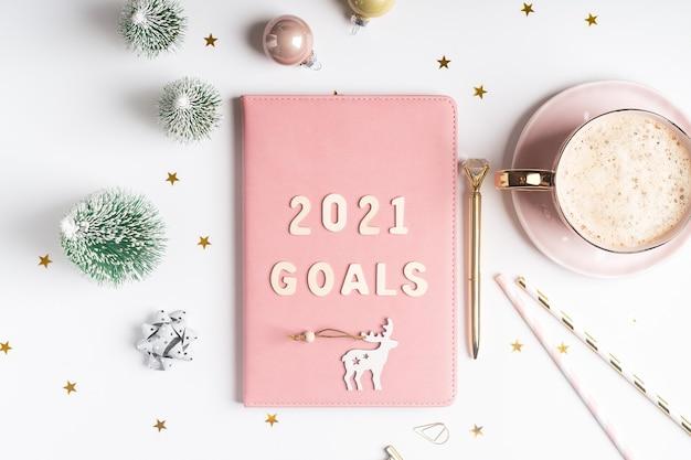 Disposizione piatta del blocco note di natale con testo di lettere di obiettivi 2021