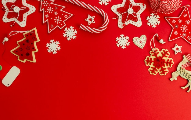 Mockup elegante rosso di natale piatto laico decorato con decorazioni natalizie e zucchero filato