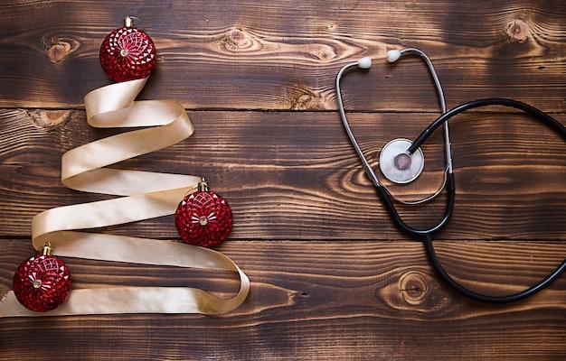Lay piatto di albero di natale fatto di nastro con uno stetoscopio
