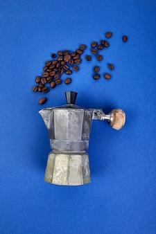 Piatto disteso di caffettiera e chicchi di caffè