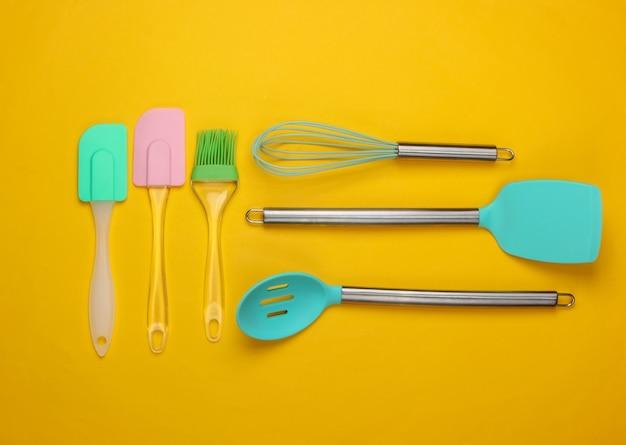 Compoisition piatto laico di utensili da cucina su giallo. minimalismo.