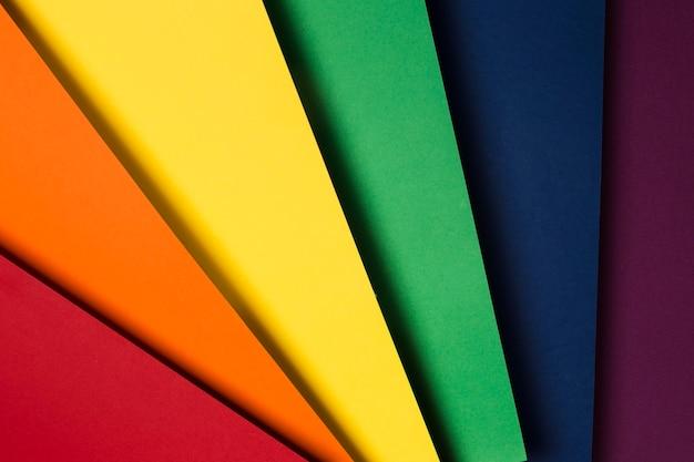 Composizione piatta laica di fogli di carta colorata