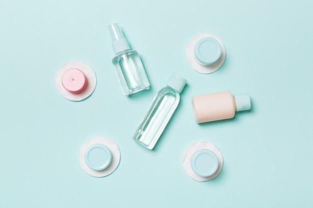 Composizione piatta di prodotti cosmetici. vista dall'alto