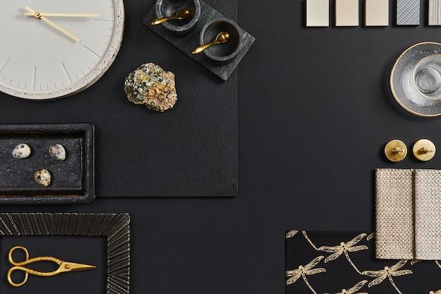 Composizione piatta della moodboard creativa dell'architetto nero con campioni di materiali edili, tessili e naturali e accessori personali. vista dall'alto, sfondo nero, modello.