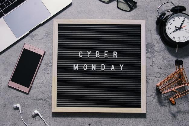 Composizione piatta laici cyber monday vendita testo su bacheca con sveglia goodie bag e gadget