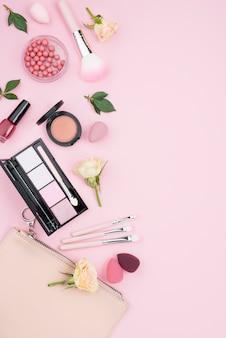 Composizione piatta laica di diversi cosmetici con spazio di copia