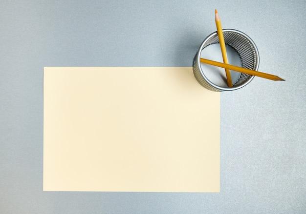 Composizione piatta di portapenne e designer o carta da acquerello su uno sfondo grigio