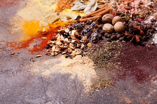 Composizione piatta di varie spezie come pittura astratta a colori d'arte, vista dall'alto