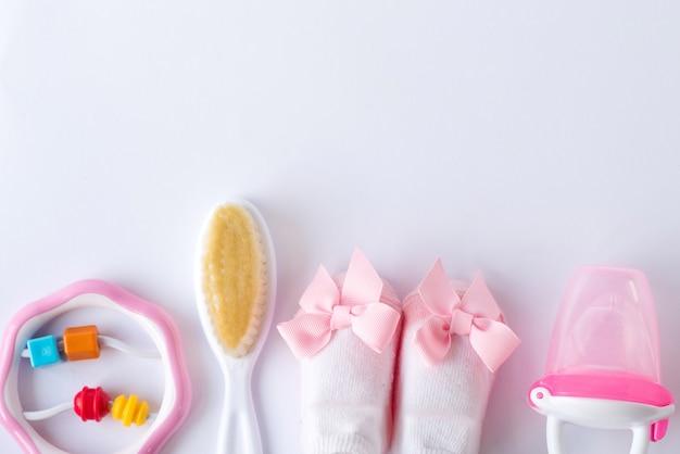 Composizione piatto laici con accessori per bambini e spazio per testo su bianco