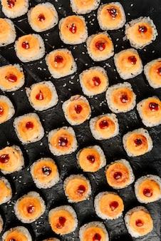 Composizione piatta con panini cotti al forno