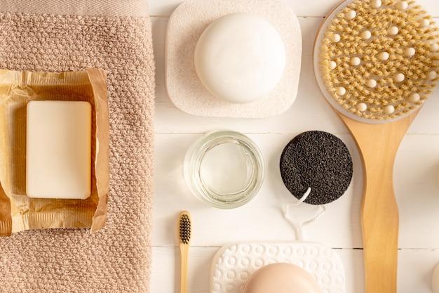Composizione piatta con accessori da bagno e per la cura della pelle