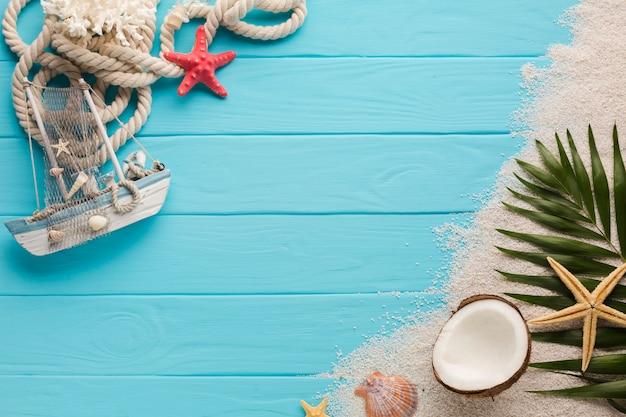 Composizione piatta laici con il concetto di spiaggia Foto Premium