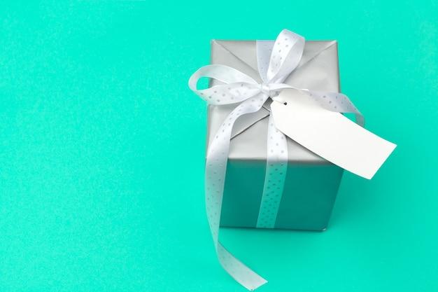 Composizione piatta con bella confezione regalo