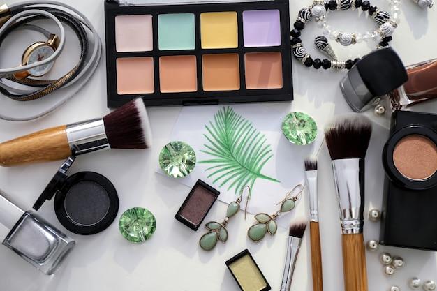 Composizione piatta con prodotti cosmetici e accessori sulla luce
