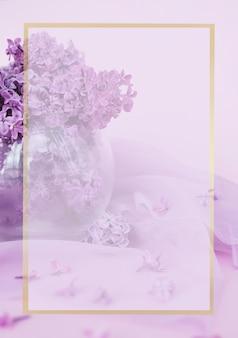 Composizione piatta laica con bellissimo sfondo lilla per cartoline il concetto di vacanza seleziona...