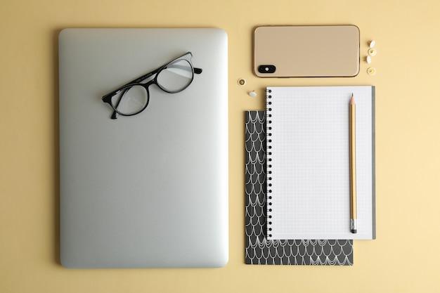 Composizione piatta laica con accessori per ufficio su spazio colore, spazio per il testo