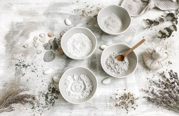 Composizione piatta con la preparazione di una maschera facciale dall'argilla, ingredienti naturali in cosmetologia.