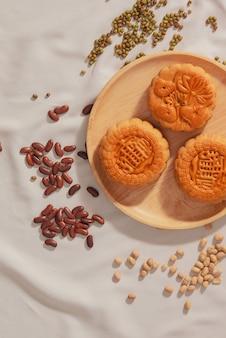 Piatto concettuale laici del mooncake alimentare del mid-autumn festival. il testo sulla torta significa felicità.
