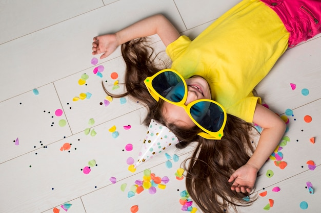 Piatto di laici carino bambina con grandi occhiali da sole