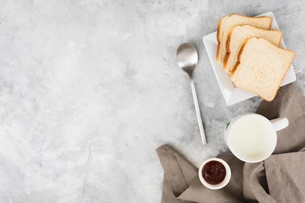 Disposizione piana del concetto delizioso della prima colazione