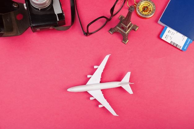 Design piatto laico del concetto di viaggio estivo