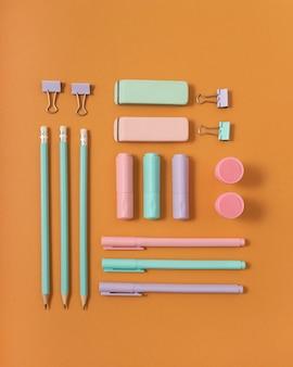 Disposizione della scrivania piatta con materiale scolastico