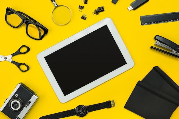 Display piatto di gadget per ufficio aziendale con blocco note, fotocamera vintage, penna, sviluppo, occhiali e