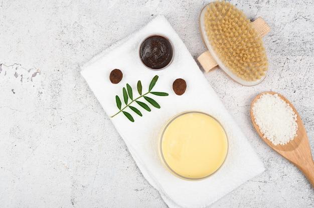 Piatto disteso su cosmetici ecologici. layout piatto con accessori, cosmetici spa, sale da bagno, crema e asciugamani. prodotto per la cura della pelle, cosmetici naturali, stile piatto.