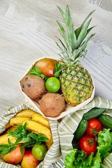 Posa piatta di sacchetti di cotone per la spesa ecologici con frutta e verdura biologiche