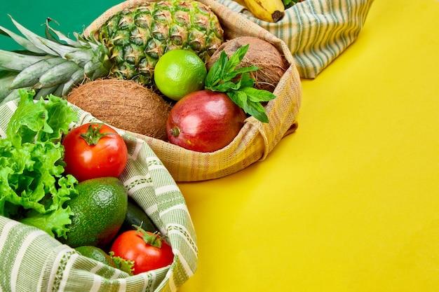 Posa piatta di sacchetti di cotone per la spesa eco-compatibili con frutta e verdura biologiche