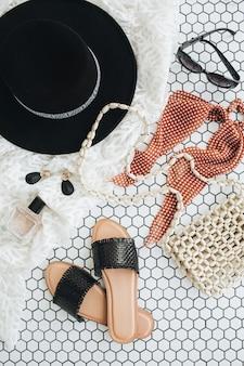 Collage di moda piatto laici con accessori moderni donne su piastrelle a mosaico bianco