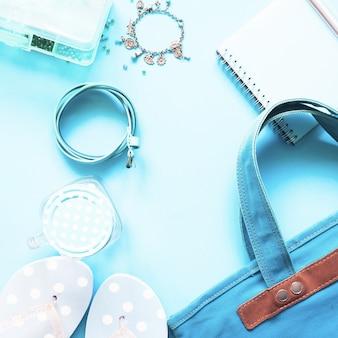 Pianale piano della collezione pastello blu delle accessori femminili, concetto di moda primavera e estate