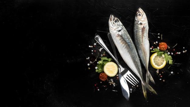 Lay piatto di pesce con pomodori e spazio di copia