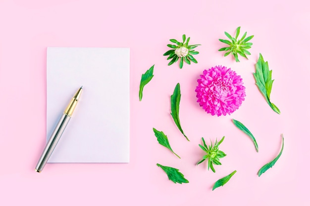 Natura morta romantica dei fiori piatti laici. taccuino vuoto con copia spazio per testo, obiettivi o sfida oggi e fiori rosa. lavoro di donna freelance. biglietto di auguri di invito.