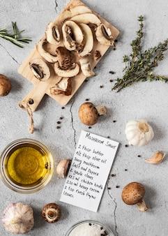Lay piatto di ingredienti alimentari con funghi e olio