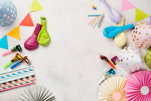 Cornice piatta con cappelli da festa e palloncini