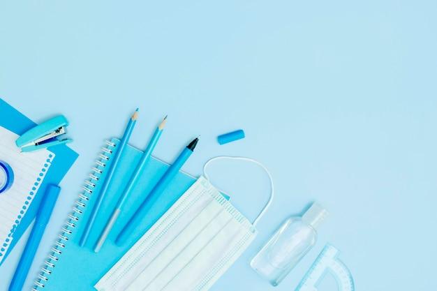 Cornice piatta con materiale scolastico